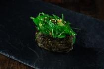 Гункан с водорослями Чука